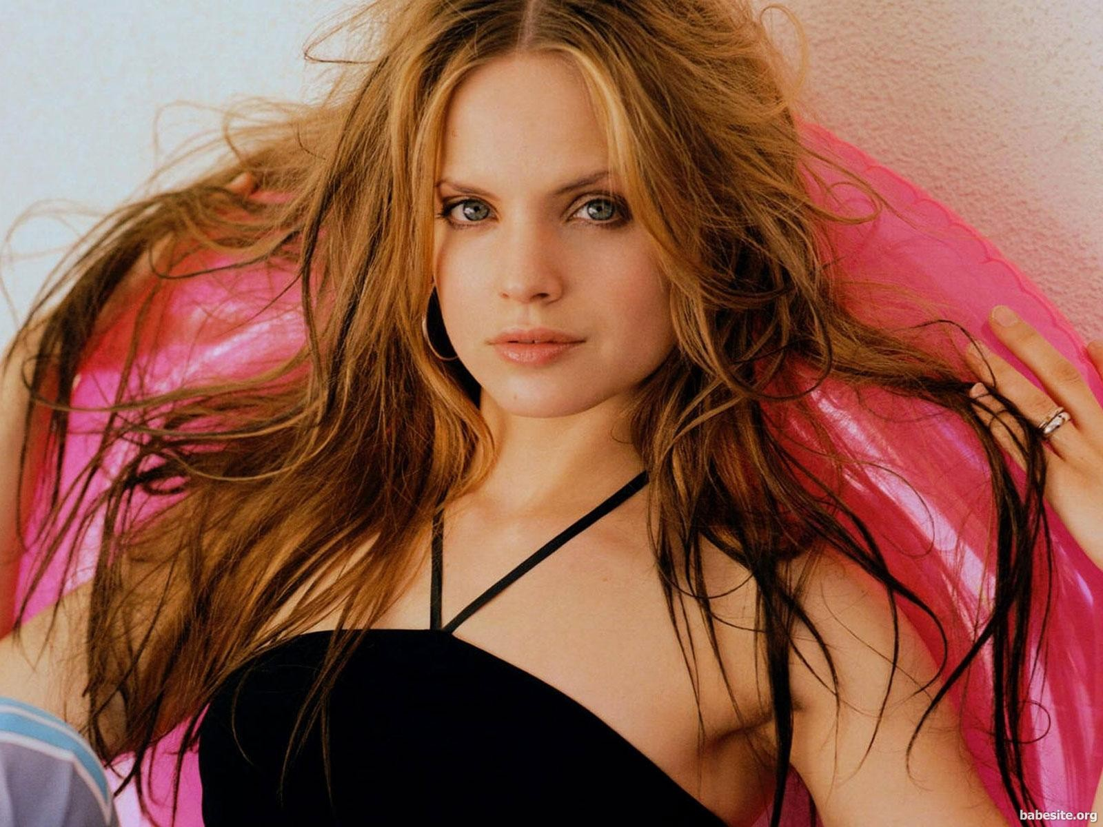 Mena Suvari HD Wallpapers