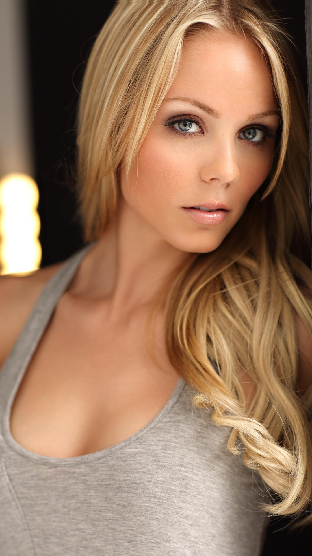 Laura Vandervoort Wallpapers, HD Images Laura Vandervoort ...