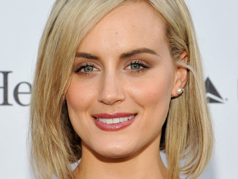 Taylor_Schilling_iphone_2